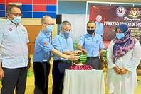 Social concern: Dr Adham Baba (third from left) launching the Socso Prihatin 10gara Selamat programme at Dewan Felda Bukit Besar in Kulai.