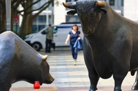 The bear and bull statue stands outside the Frankfurt Stock Exchange in Frankfurt, Germany, on Aug. 31, 2020. MUST CREDIT: Bloomberg photo by Alex Kraus.