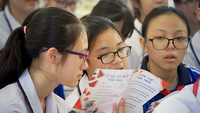 Students in Ngô Quyền Secondary School in Hải Phòng City learn about anti-fake news skills under a training campaign launched by Vietnam News Agency. VNA/VNS Photo