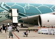 Passengers board an Airbus A380 at Narita Airport for a scenic flight on Sunday. (The Yomiuri Shimbun)