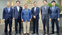 Cambodian ambassador to Korea Long Dimanche (third from left) and his colleagues held a meeting led by the former director of the Criminal Investigation and Research Centre of the Ministry of Interior and Security of the ROK Joong Seok Seo to discuss law procedure. Supplied