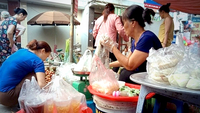 Plastic bags are still popular packaging at traditional markets in Hà Nội. — VNA/VNS Photo Hùng Võ