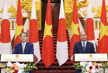 Prime Minister Nguyễn Xuân Phúc and Japanese Prime Minister Yoshihide Suga meet with the press after their talks. — VNA/VNS Photo Thống Nhất