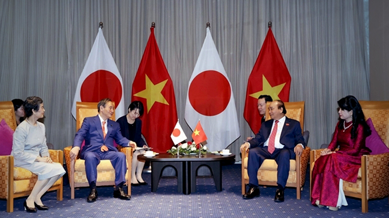 Vietnamese Prime Minister Nguyễn Xuân Phúc (right) and his visiting Japanese counterpart Suga Yoshihide had farewell talks before the latter left Việt Nam for Indonesia on Tuesday. — VNA/VNS Photo Thống Nhất