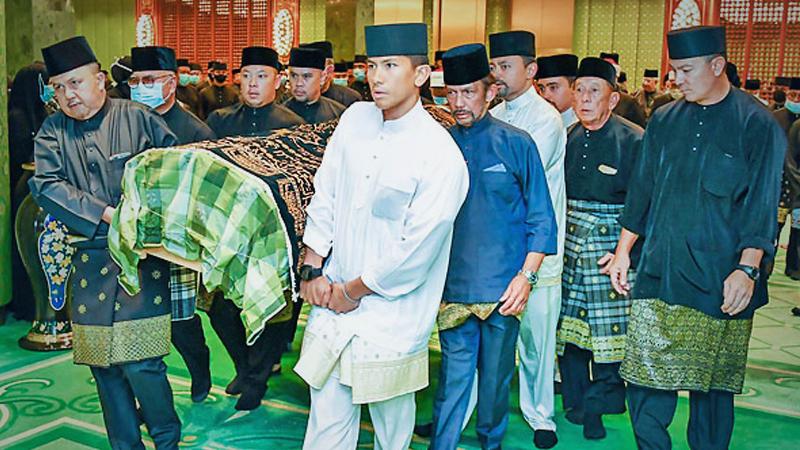 His Majesty, His Royal Highness Prince Haji Al-Muhtadee Billah, His Royal Highness Prince 'Abdul Malik and His Royal Highness Prince 'Abdul Mateen carry the crate of Al-Marhum His Royal Highness Prince Haji 'Abdul 'Azim Photo Credit:  Borneo Bulletin