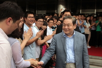 The photo shows late Samsung Group Chairman Lee Kun-hee shaking hands with Samsung Electronics` employees in 2011. (Samsung Group)