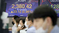The Kospi rates are shown on the dealing room screen at a Hana Bank in Seoul on Thursday morning. (Yonhap)