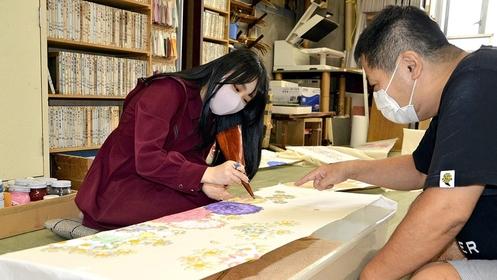 Miu Manaka learns to design her furisode kimono from yuzen master Takayuki Kato in Sumida Ward, Tokyo, in October. MUST CREDIT: Japan News-Yomiuri