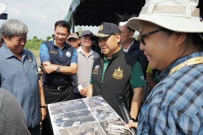 Natural Resources and Environment Minister Varawut Silpa-Archa (in black cap) is updated on progress at the site of the whale skeleton excavation.