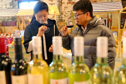 Citizens taste the imported wine on a shopping festival in Qinhuangdao, Hebei province, on Jan 20, 2020 [Photo by Cao Jianxiong/For China Daily]