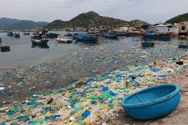 Plastic waste on Cam Bình Island, Cam Ranh, the south-central provine of Khánh Hoà in 2019. — VNA/VNS Photo Dương Chí Tường