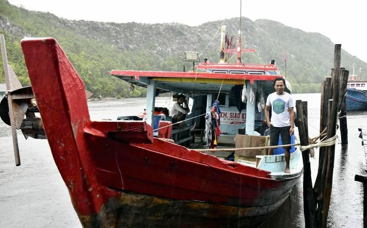 A fisherman stands on his boat on Great Natuna Island, Indonesia, on March 22. (The Yomiuri Shimbun)