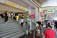 There were so many visitors to Lucky Plaza that the mall, which has a maximum occupancy of 6,445, had to close briefly. ST PHOTO: GAVIN FOO