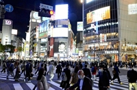 A throng of pedestrians crowd the scramble intersection in front of Shibuya Station on Monday night. (The Yomiuri Shimbun)