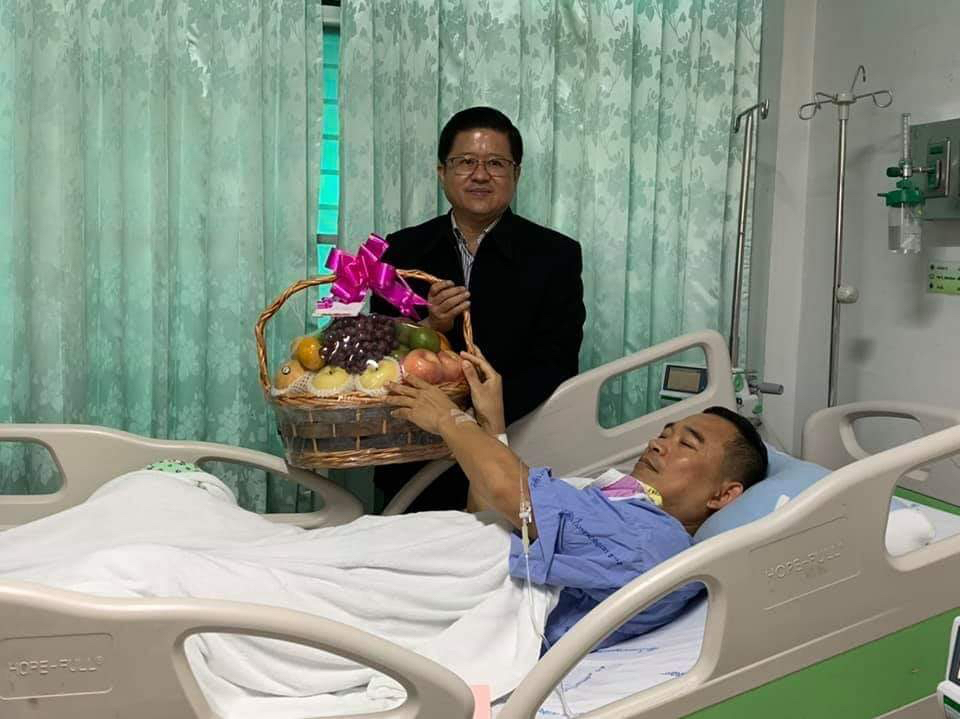 The Office of the Judiciary secretary-general, Sawawut Benjakul, visited Khanakorn at the hospital. Credit PR of the Court of Justice.