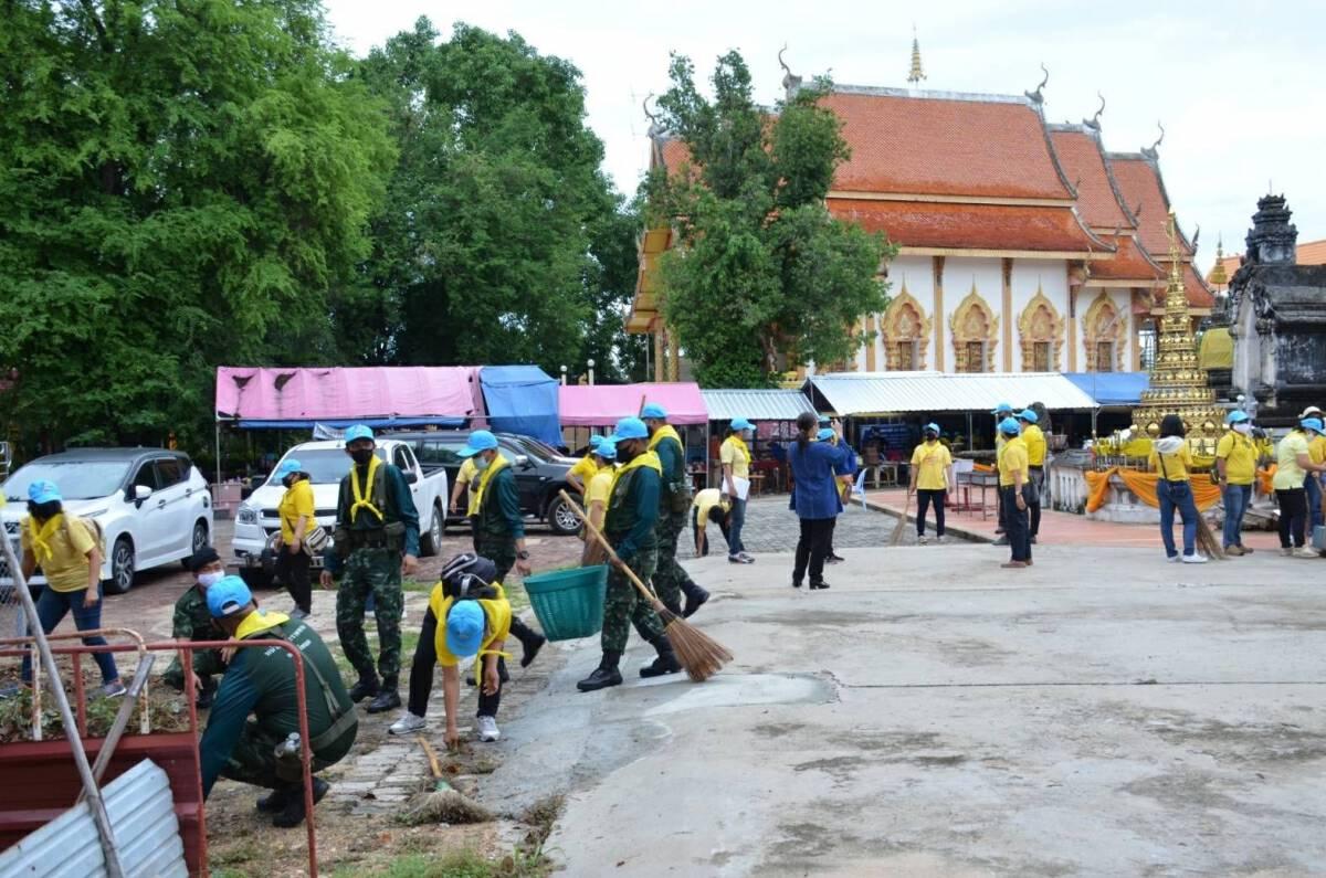 Volunteers help clean up Lampang temple