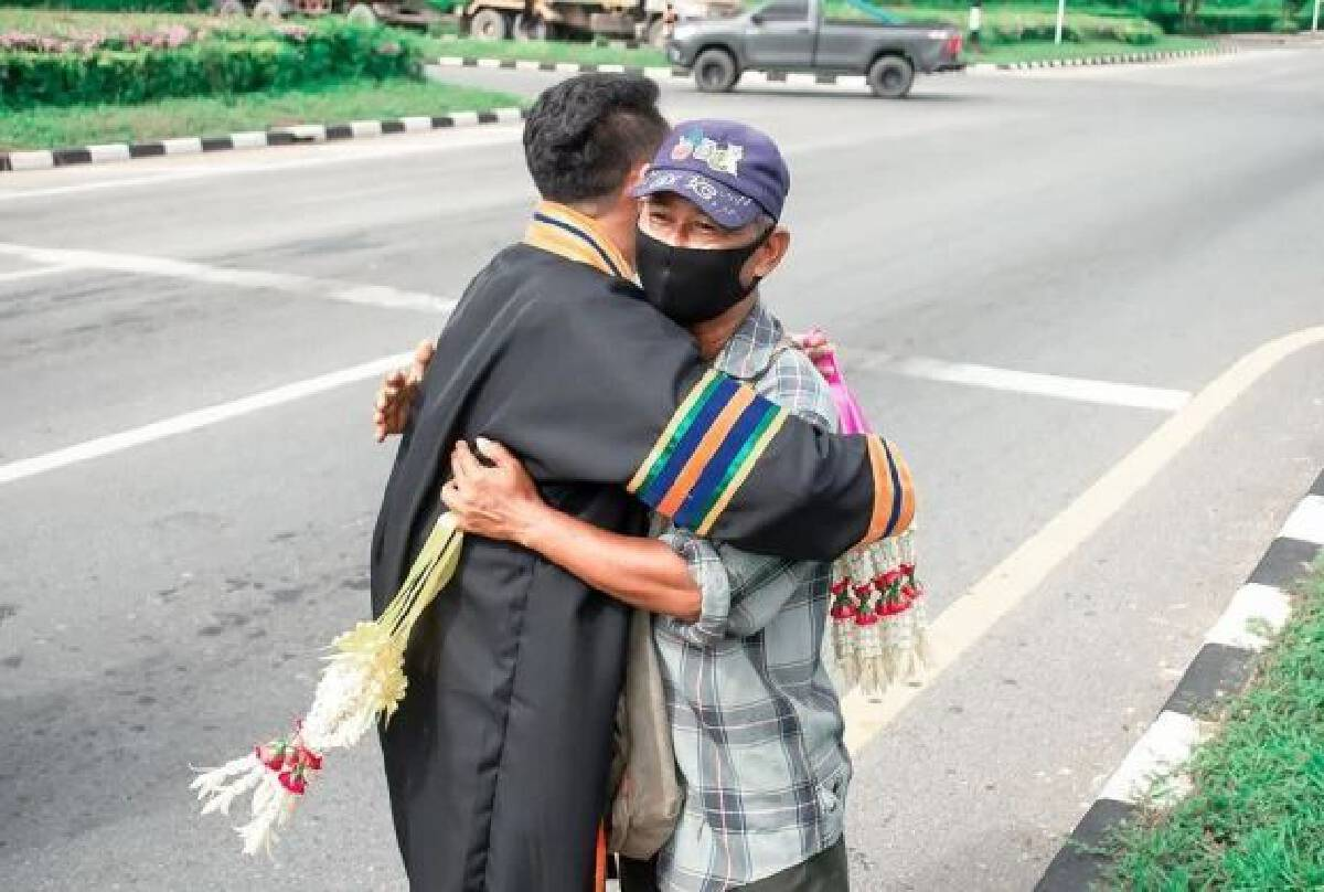 Garland-seller's son offers lesson in humility