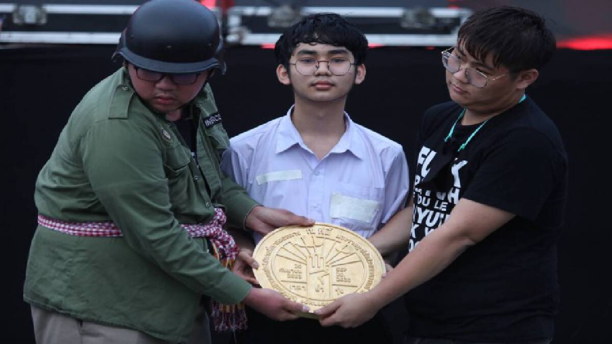 Protesters install '2020 coup memorial plaque' in Sanam Luang in spirit of 1932 revolution