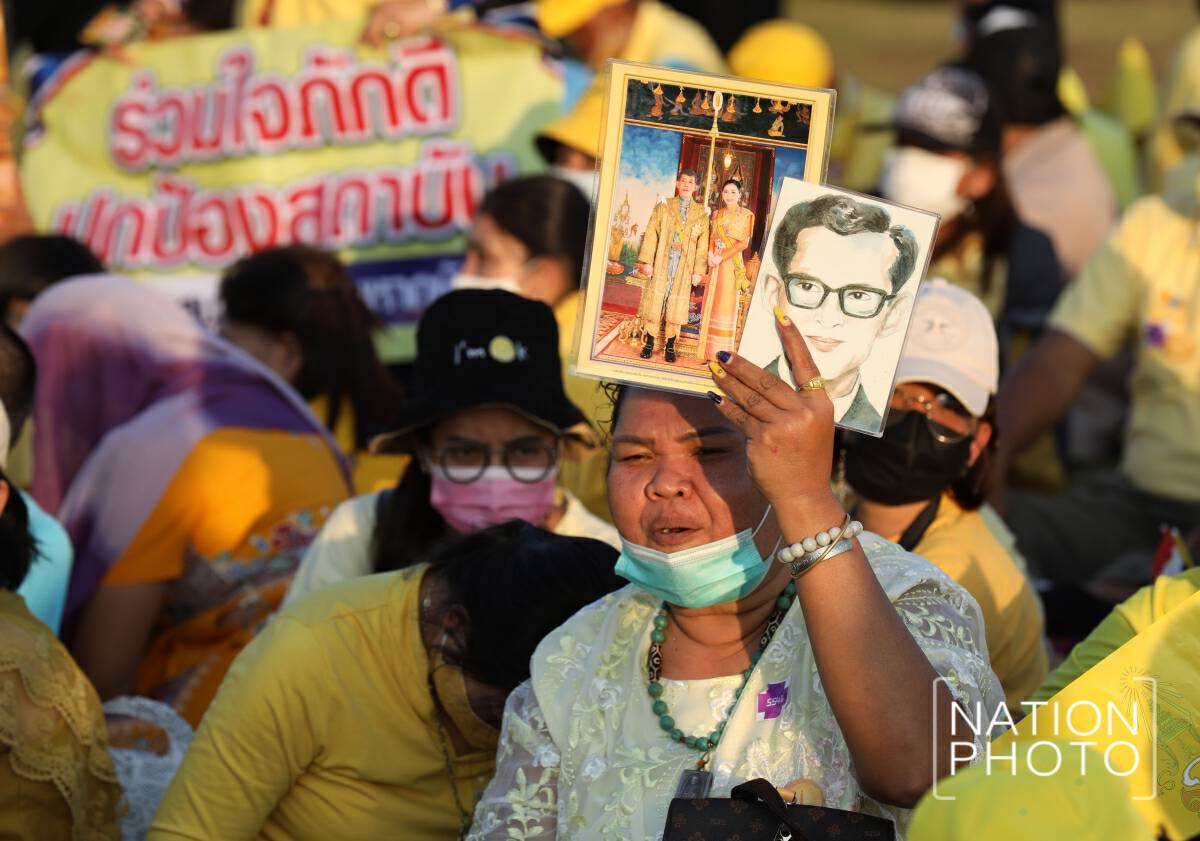 Their Majesties attend ceremony to honour King Rama IX on his birthday