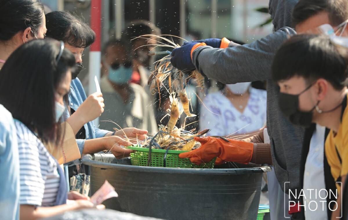 Snapping up fresh bounty in Samut Prakan