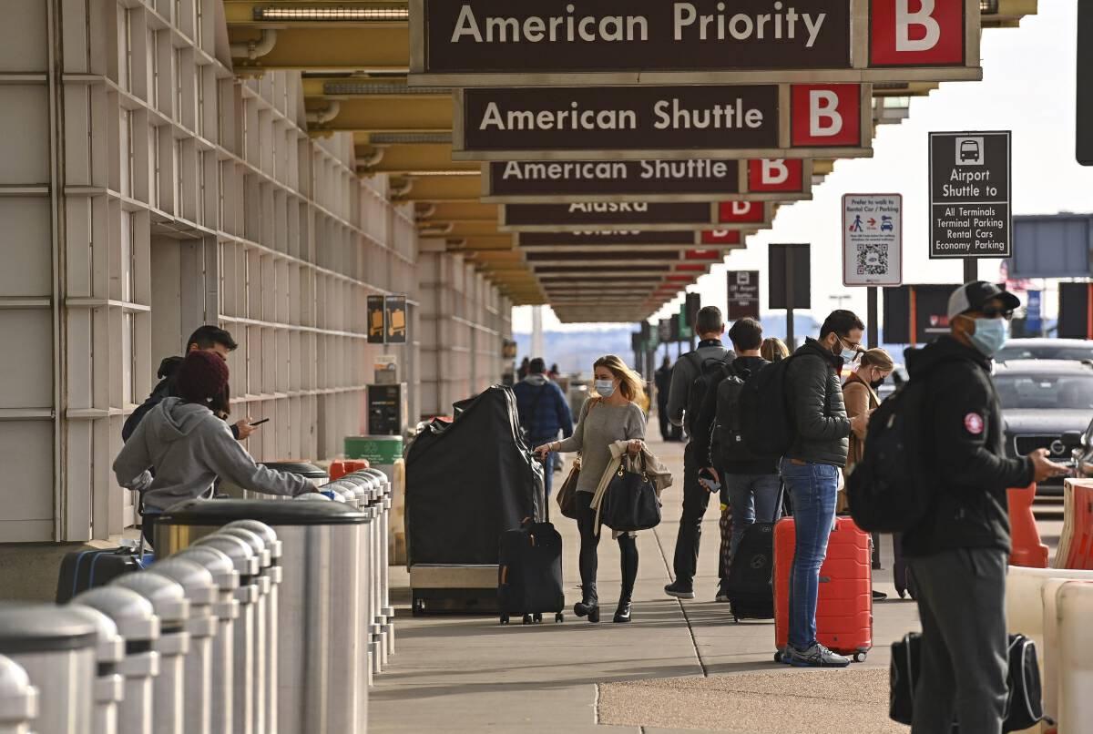 Travelers at Reagan National Airport in Arlington, Va., on Dec. 23. MUST CREDIT: Washington Post photo by Ricky Carioti.