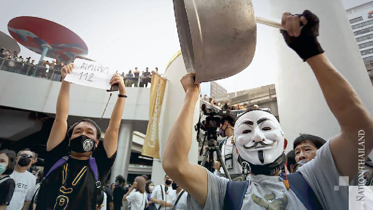 Thai protesters bang pots to 'banish dictators'