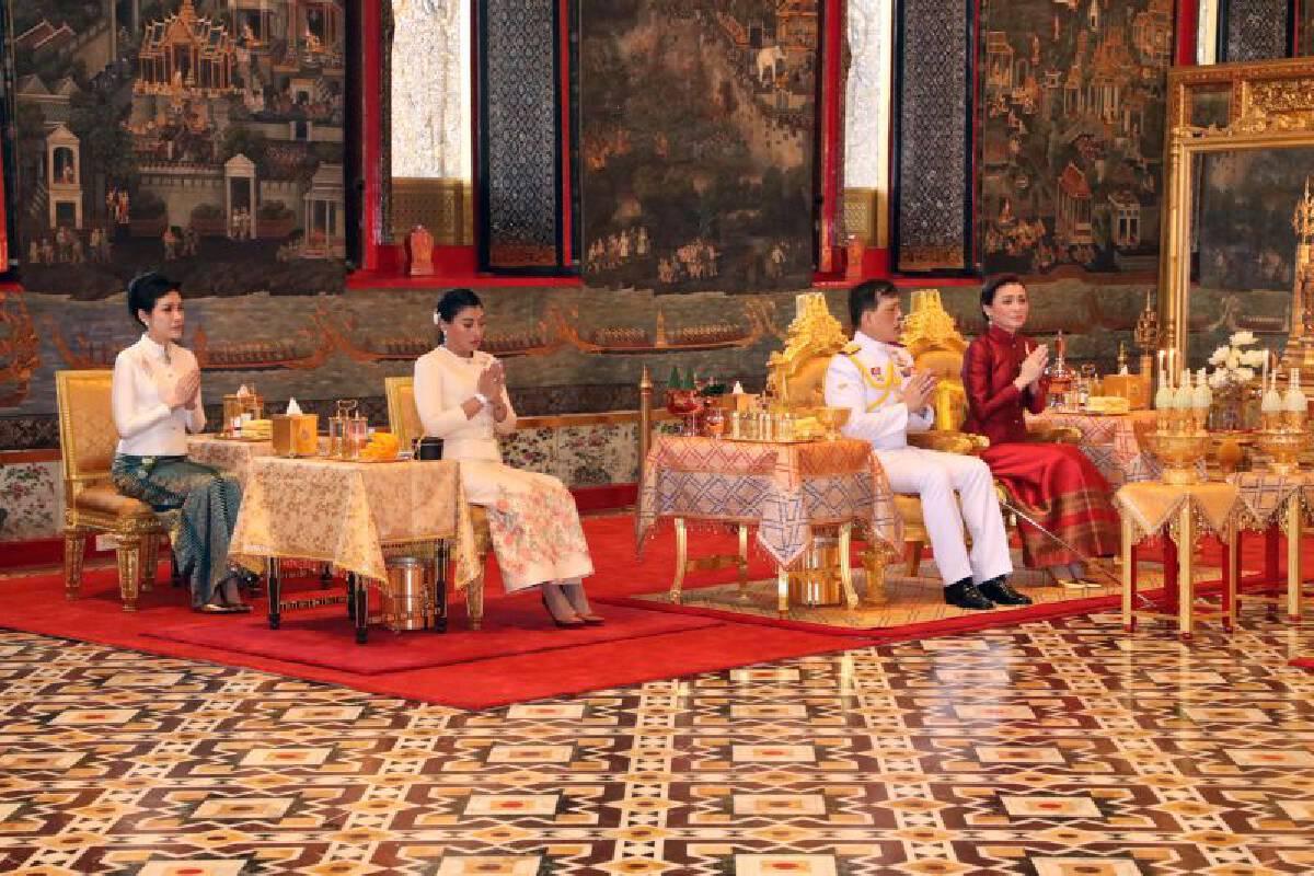 Their Majesties make merit on Makha Puja Day