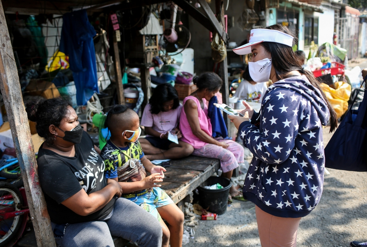 With support from UNICEF and USAID, staff members visit a community in Bangkok to provide support, including hygiene items, to children and families. © UNICEF/2020/Sukhum Preechapanich