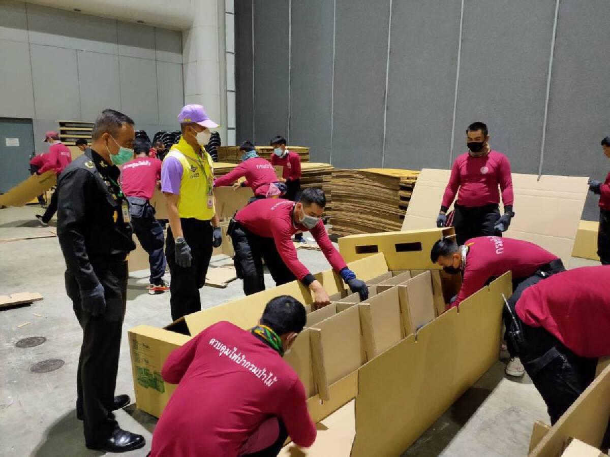 Armed forces volunteers assemble 1,500 beds at Bussarakham Field Hospital