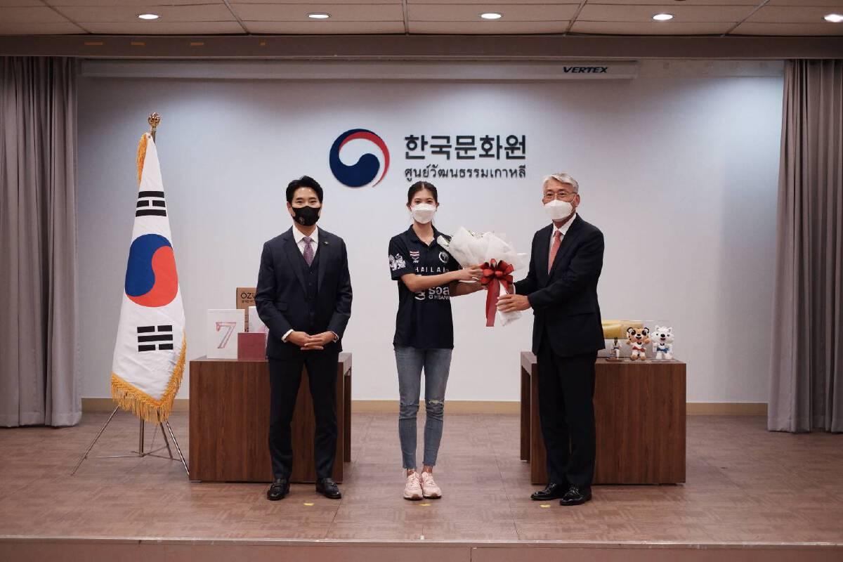 1 - H.E. Mr. LEE Wook-Heon, Ambassador of the Republic of Korea presents gifts for Panipak Wongpattanakit and National