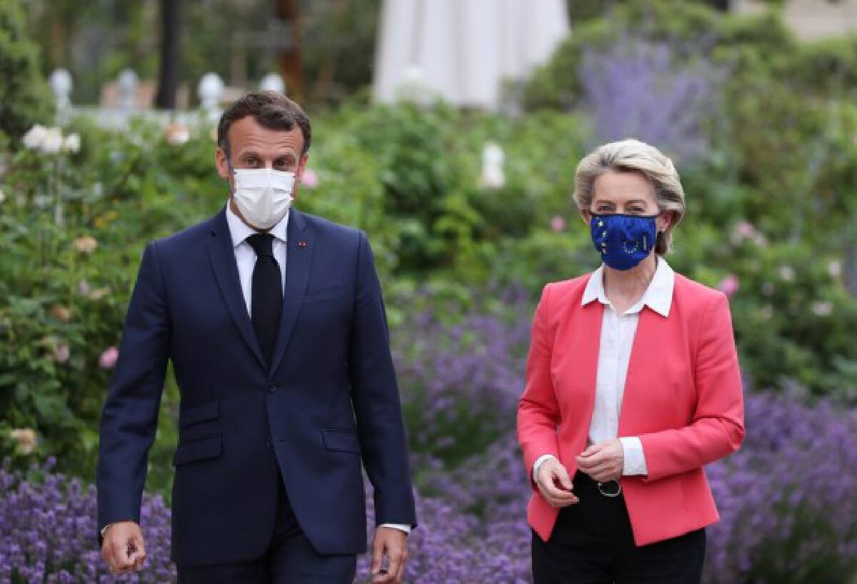 French President Emmanuel Macron (L) welcomes European Commission President Ursula von der Leyen at the Elysee Palace in Paris June 23, 2021. (Xinhua/Gao Jing)