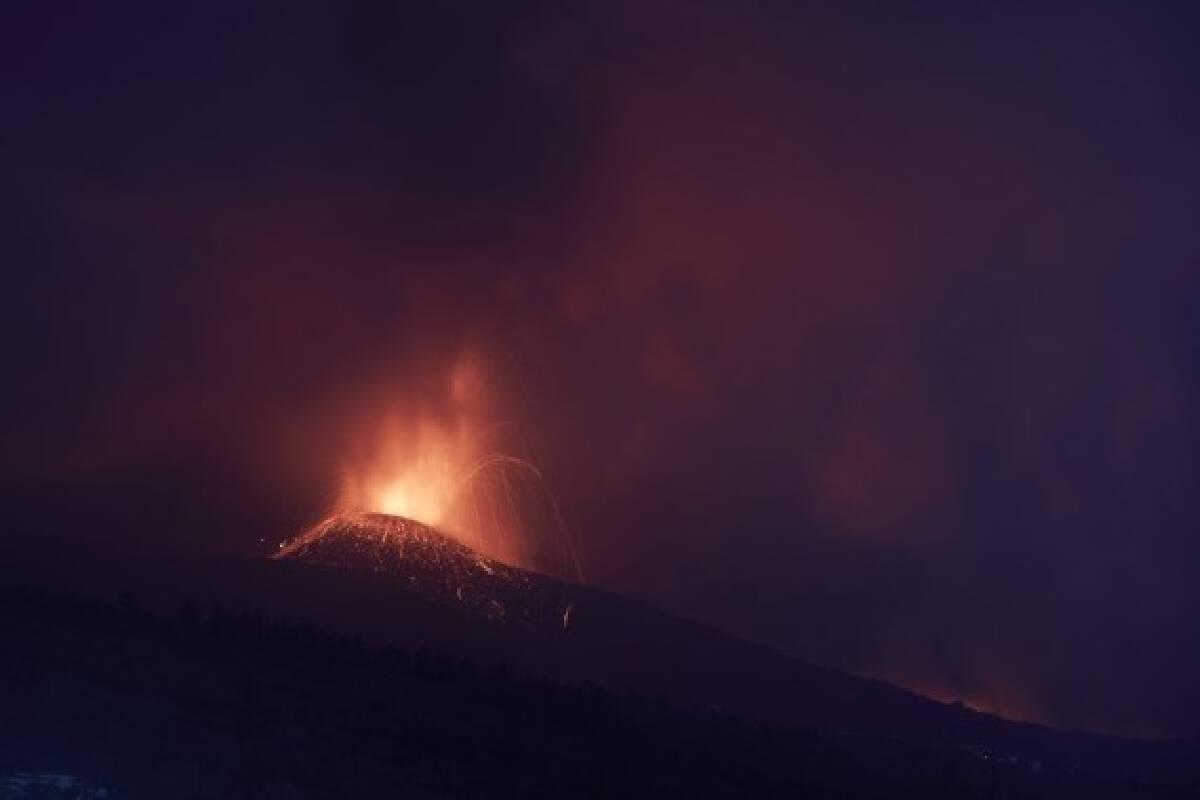 Photo taken on Sept. 23, 2021, shows the scene of volcanic eruption of Cumbre Vieja volcano in La Palma, Spain.(Xinhua/Meng Dingbo)