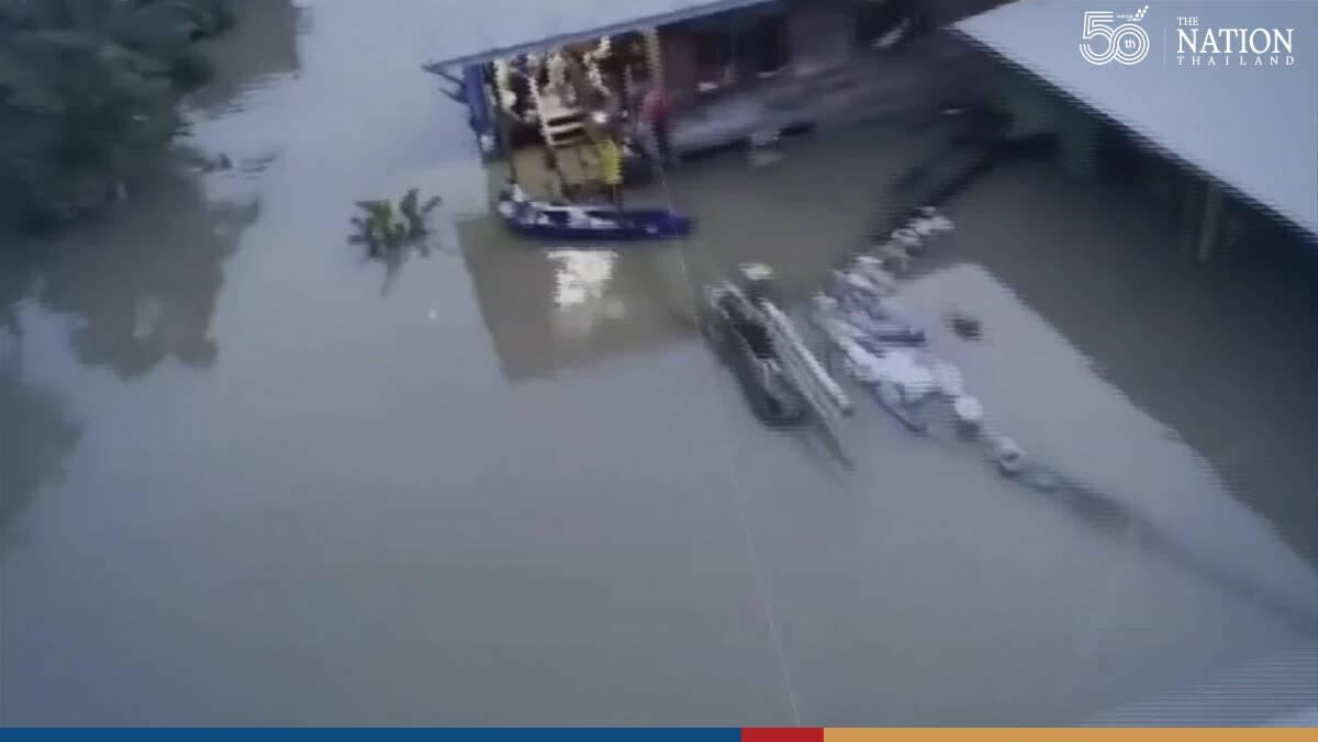 Stranded Sukhothai flood victims get emergency supplies