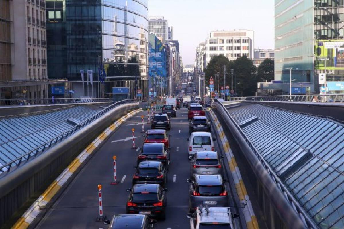 Vehicles are seen in heavy traffic in Brussels, Belgium, Oct. 8, 2021. (Xinhua/Zheng Huansong)