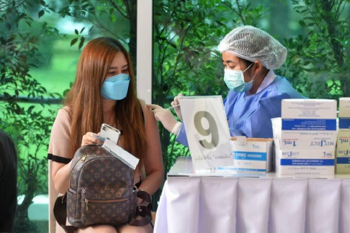 A citizen receives a dose of COVID-19 vaccine in Bangkok, Thailand, Sept. 29, 2021. (Xinhua/Rachen Sageamsak)