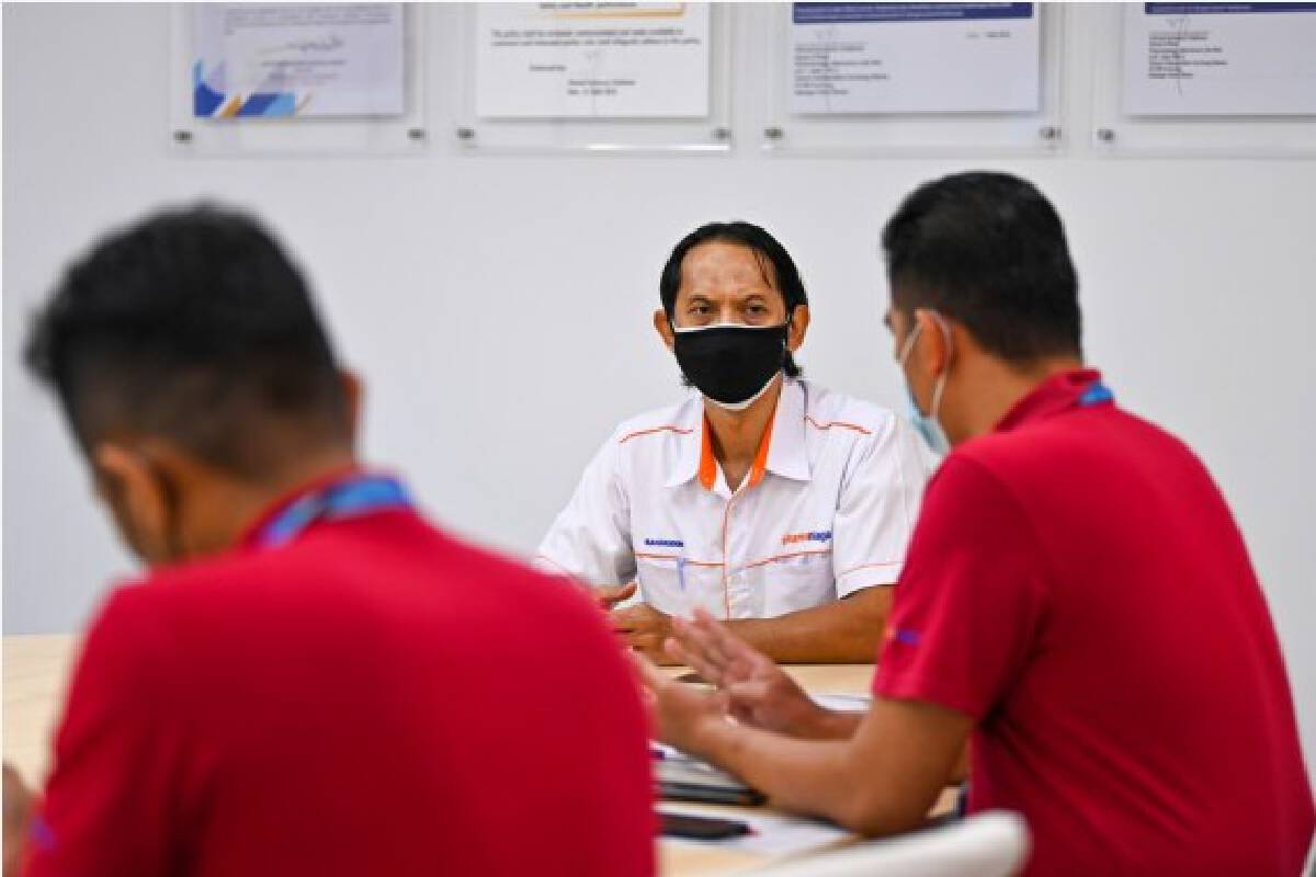 Manufacturing head Mohd Saharuddin Othman (C) attends a meeting about the fill and finish operation for Sinovac vaccines at Malaysian pharmaceutical company Pharmaniaga on the outskirts of Kuala Lumpur, Malaysia, Oct. 5, 2021. (Xinhua/Zhu Wei)